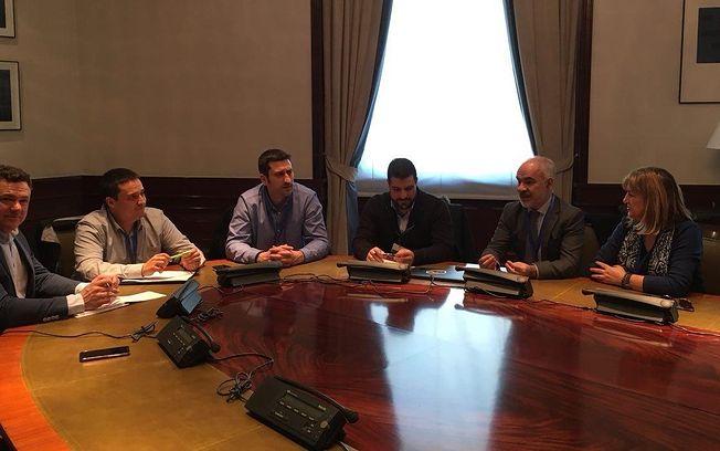 Imagen de la reunión de Unidos Podemos con representantes de Jusapol celebrada hoy en el Congreso