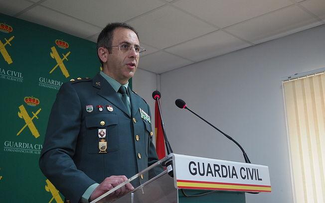 El teniente coronel jefe de la Comandancia de la Guardia Civil de la provincia, Jesús Manuel Rodrigo, informa de la Operación