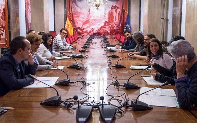 Ediles de vivienda de los ayuntamientos de Madrid, Barcelona, Valencia, Zaragoza, A Coruña y Cádiz se reúnen en el Congreso con Irene Montero y Lucía Martín