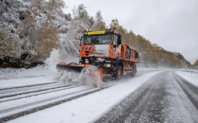 Camión quita nieves.