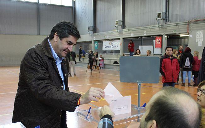 José Ignacio Echániz, ha ejercido su derecho al voto en el CEIP El Doncel, en la ciudad de Guadalajara.