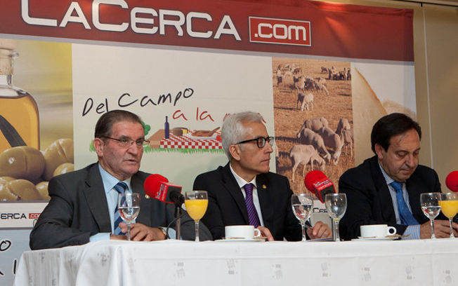 De i. a d.: Andrés Gómez Mora, presidente de Caja Rural C-LM, Manuel Lozano Serna, director del Grupo La Cerca, y Pedro Barato, presidente nacional de ASAJA, durante uno de los programas