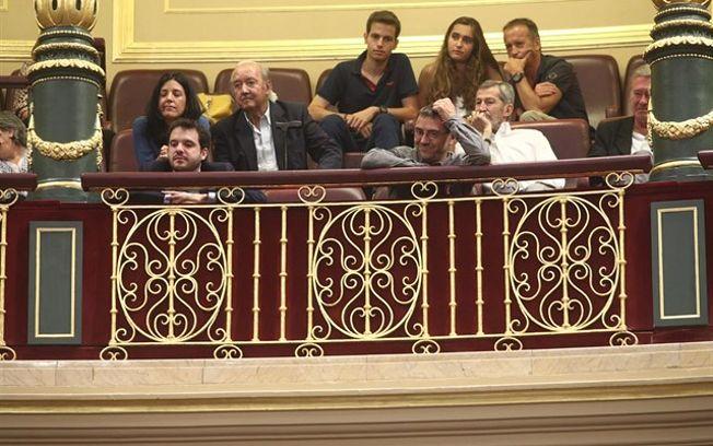 Juan Carlos Monedero, este 1 de junio de 2018 , junto a otras personas de su grupo parlamentario en las Cortes.