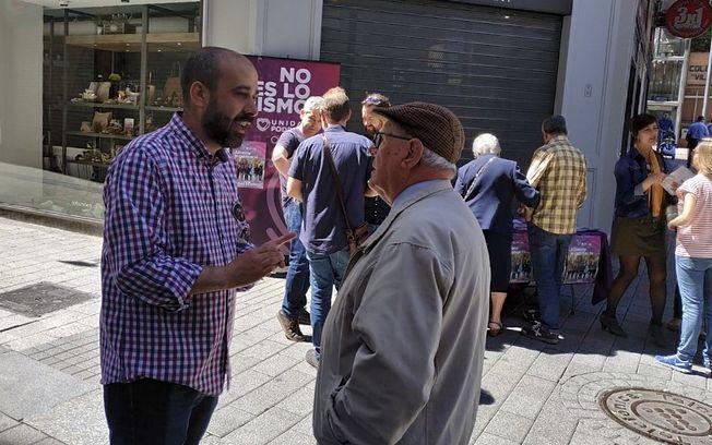Alfonso Moratalla en la mesa informativa de Unidas Podemos en la Plaza Mayor.