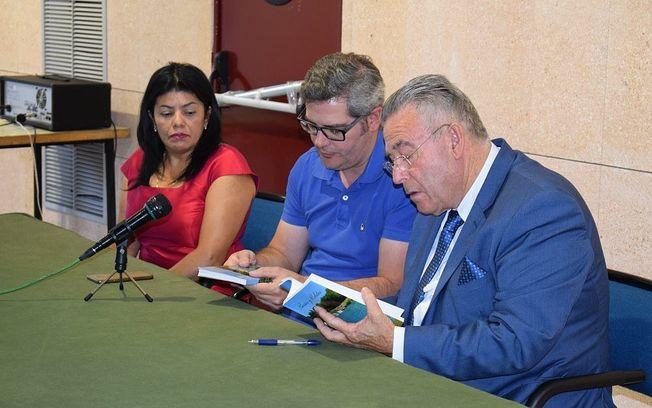 Presentado el libro 'Poesías y Relatos' del escritor Julián Navarro Roldán.