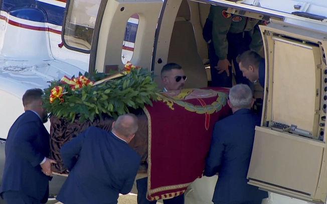 El ataúd con los restos de Francisco Franco trasladado en helicóptero hasta Mingorrubio. Foto: RTVE