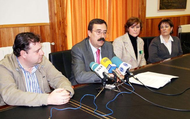 El director del Instituto de Consumo de Castilla-La Mancha, Jesús Montalvo durante la rueda de prensa en la que se ha presentado la sede y los galardonados del Día Mundial de los Derechos del Consumidor 2010 que se celebrará el 15 de marzo en Tarancón (Cuenca).